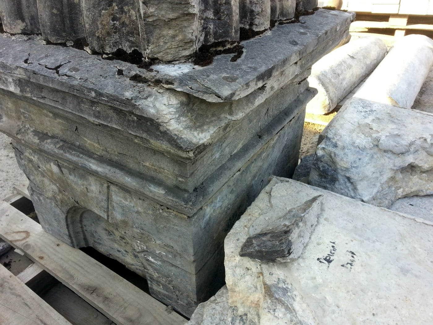 Travail de restauration d'une fontaine ancienne
