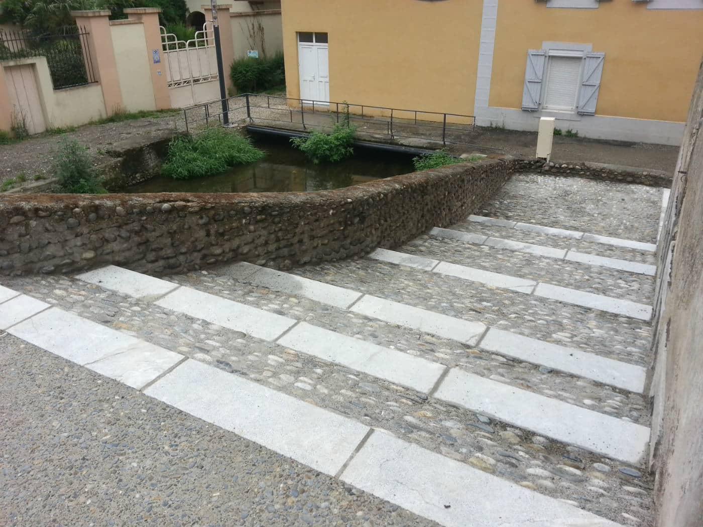 Escalier en bordure du canal