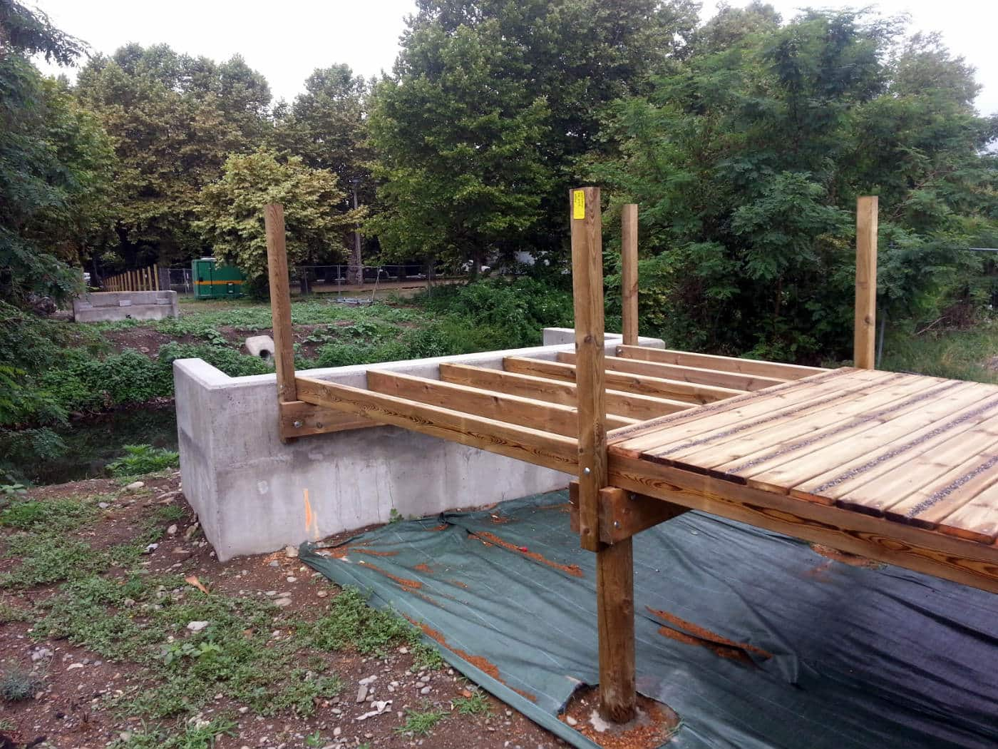 Ponton en bois et support béton pour la passerelle