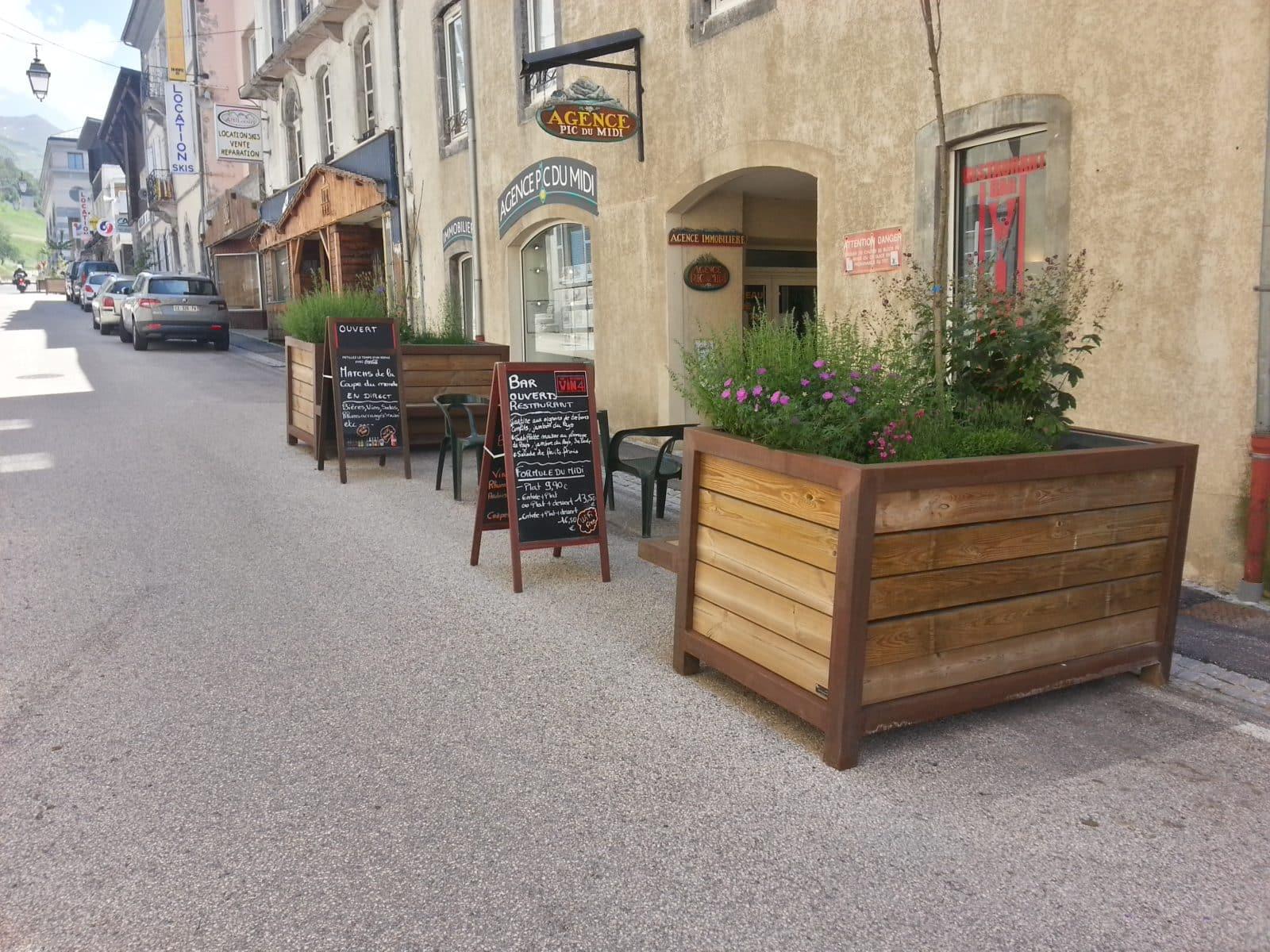Jardinières pour délimiter restaurant et place de stationnement
