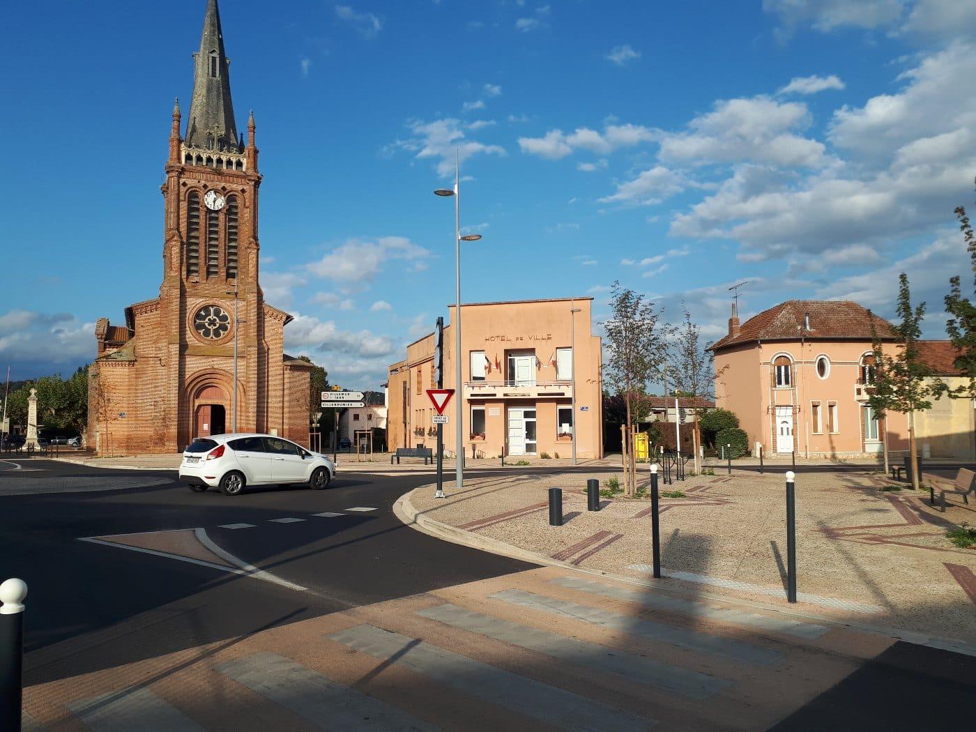 Vue d'ensemble de la place face à l'église
