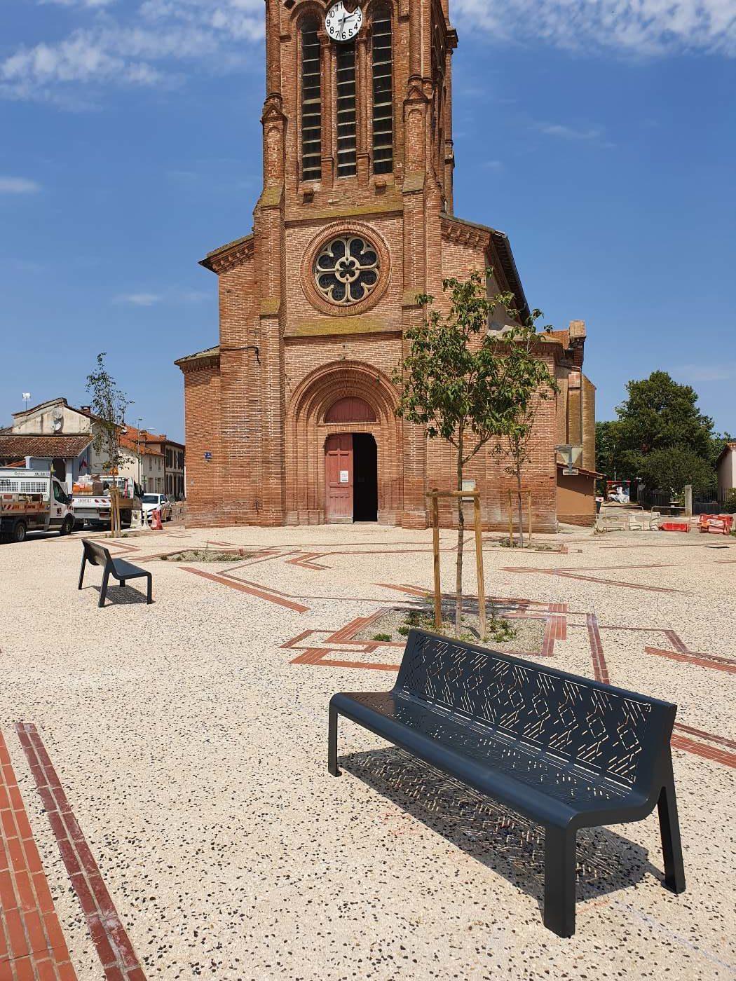 Le parvis de l'église et le mobilier spécifique