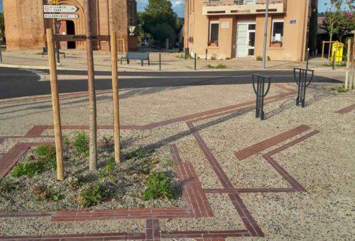 Graphique Art déco en cohérence avec le bâti de 1930 du centre du village